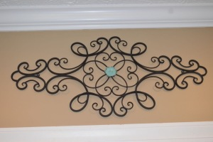 METAL WALL DECOR WITH INTERCHANGEABLE CENTER PIECE