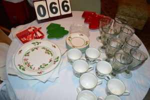 36 PIECE CHRISTMAS DISHES - 8 PLACE SETTING WHITE CHRISTMAS DESIGN